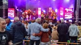 TROMØYFESTIVALEN: Mange tok turen til festival og musikk på Arendal Herregaard fredag kveld. Foto: Esben Holm Eskelund