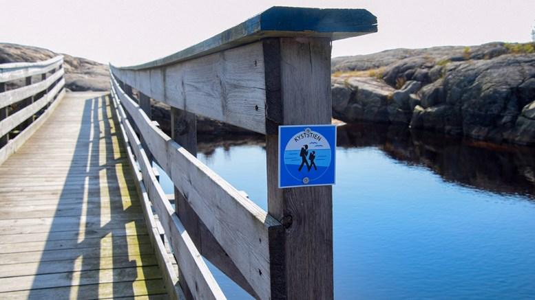 KYSTSTIEN ØYNA: Merking av traséen for Kyststi på Øyna er delvis ferdig. Men innfallsportene og deler av strekningen gjenstår. Foto: Esben Holm Eskelund