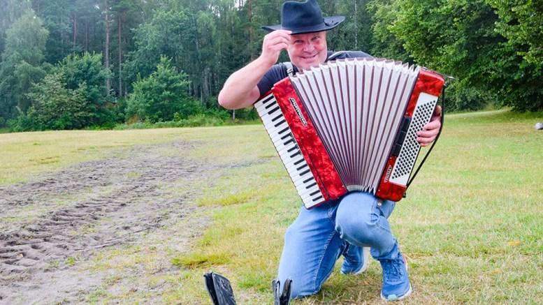 SKJÆRSGÅRDSTREFFEN 2021: Festivaleier Terje Arneberg vil bevare ånden i Skjærgårdsfestivalen, men ønsker å koble inn countrymusikken tettere inn i festivalen. Torsdag braker det løs. Foto: Esben Holm Eskelund