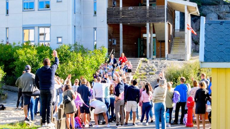 SKOLESTART: Både på Sandnes skole (bildet) og på Roligheden skole var det mange spente foreldre, foresatte og ferske førsteklassinger torsdag morgen. Foto: Esben Holm Eskelund