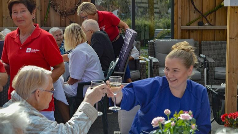 SOMMERFEST PÅ KOLLEKTIVET: Beboere og ansatte ved Tromøy bokollektiv ble invitert med på sommerfest i forrige uke. Foto: Tromøy bokollektiv