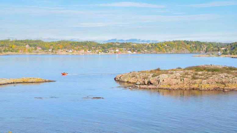 MISTET BÅTEN: Her er fiskeren som mistet båten på leting etter den ved Revhsolmen ytterst i Tromøysund. Foto: Esben Holm Eskelund