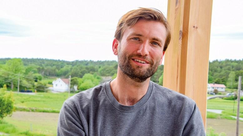 FÅR KUNSTNERSTIPEND: Forfatter Birger Emanuelsen får stipend fra Agder fylkeskommune. Foto: Esben Holm Eskelund