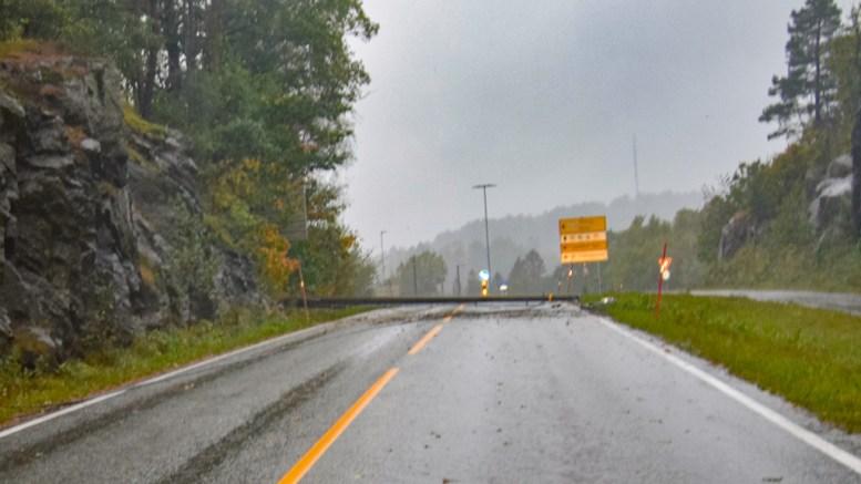 SPERRET VEIEN: En stolpe veltet over fylkesveien mellom Holtet og Tybakken terrasse søndag. Foto: Esben Holm Eskelund