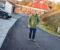 NABOLAGET FÅR REGNINGEN: Etter at Arendal kommune sa fra seg ansvaret for drift og vedlikehold av veien, er det Steffen Berg og fem andre husstander som må ta kostnaden. Nå vil rådmannen i Arendal privatisere enda flere veier for å redde budsjettet. Foto: Esben Holm Eskelund