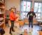 SFO-GAVE: Synnøve Bjerkholt i Tromøy helselag overrakte dukkegaven til Sandnes SFO til assistent Thomas Mortensen. Foto: Esben Holm Eskelund