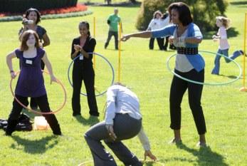 Lutando para o fim da obesidade, Michelle Obama brinca de bambolê na Casa Branca