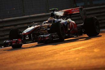 Hamilton é advertido por incidente com Bruno Senna nos boxes