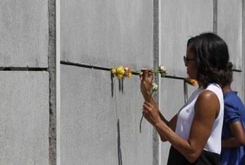 Michelle Obama e as filhas visitam o memorial do Holocausto em Berlim