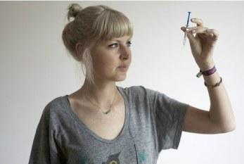 Britânica que descobriu câncer de mama terminal aos 23 anos cria ONG para conscientização
