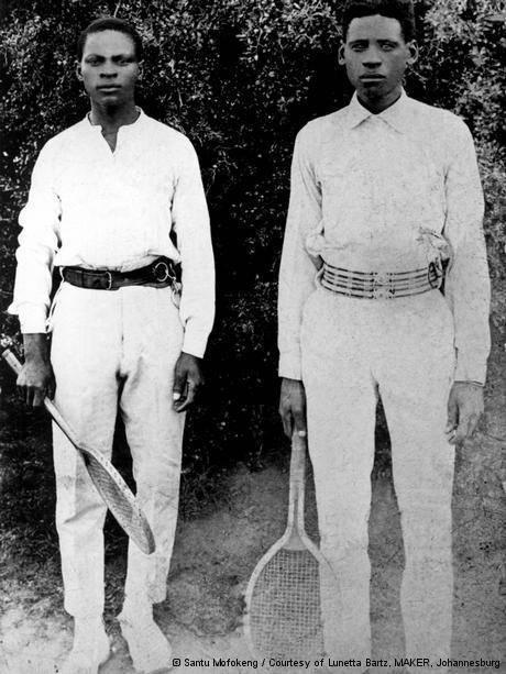 Dois africanos em fotografia reunida por Santu Mofokeng