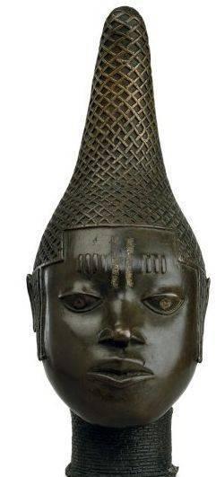 Rainha Idia era a mãe de Esigie, o Oba de Benin, que governou 1504-1550. Ela desempenhou um papel muito importante na ascensão e reinado de seu filho. Ela foi um forte guerreiro que lutou incansavelmente antes e durante o reinado de seu filho como o Oba (rei) do povo Edo.