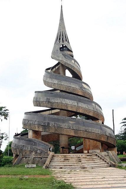 """Yaoundé, Camarões --- Este é o """"monumento de la reunificação"""", que simboliza a união dos franceses e a parte Inglês de Camarões."""