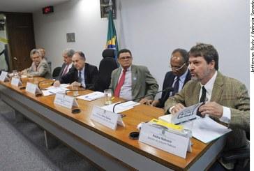 Educação e fim do preconceito completariam a abolição da escravidão no Brasil, afirmam debatedores