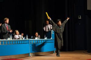 Woie Patté comemorou com entusiasmo o recebimento do diploma. Foto: Henrique Almeida/Agecom/DGCUFSC