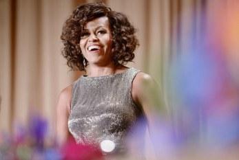 Michelle Obama aparece com os cabelos cacheados em evento