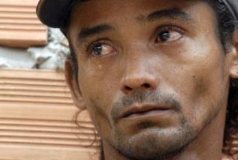 Após passar 3 anos preso injustamente, ser estuprado, e contrair HIV na cadeia, ex-pedreiro ainda luta por idenização