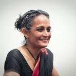 Arundhati Roy: 'tragédia indiana é que sistema de castas tornou a injustiça algo sagrado'