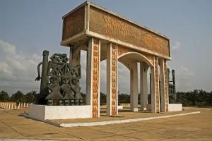 Portal do não-retorno, voltado para o oceano, a última parada dos escravos, Benin.