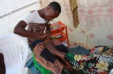 Moços improvisam nas ruas de Luanda 'clínicas' de unhas
