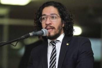 Jean Wyllys fala sobre o 'crime' que é ser gay no Brasil. Por Nathalí Macedo