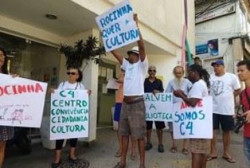 Moradores fazem manifestação contra fechamento da biblioteca da Rocinha