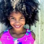 Filhos que sofrem preconceito por ter cabelo crespo – veja o que fazer