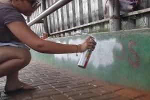 Contra preconceito, jovens de Cascavel apagam pichações xenofóbicas da cidade