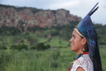 De jaleco e cocar, índia terena se forma em Nutrição e faz festa na aldeia