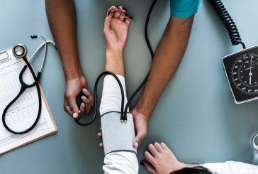 Para ser médico, um branco vira negro