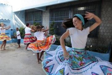 Professora inclui danças africanas em grade curricular de escola pública e transforma comunidade