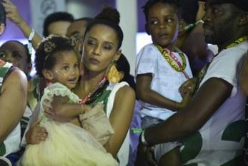 Carnaval 2017: Com os filhos, Taís Araújo e Lázaro Ramos acompanham trio em Salvador