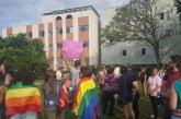 A rua vai ficar mais alegre Sim! Casal vítima de panfletos homofóbicos no Paraná ganha apoio em ato