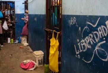 Mulheres, adolescentes e homens, na maioria indígenas, dividem delegacia no Amazonas