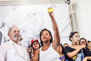Jovem sergipana devolve cartão do Bolsa Família a Lula após se formar pelo Prouni