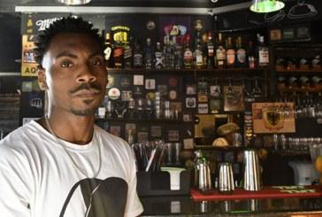 Após funcionário sofrer racismo, hamburgueria fecha as portas para clientes intolerantes