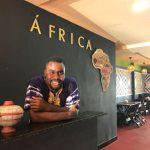Nigeriano realiza sonho de abrir restaurante que reúne culinária e cultura de 54 países africanos no DF