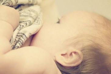 Mulher trans produz leite e amamenta bebê pela primeira vez já registrada