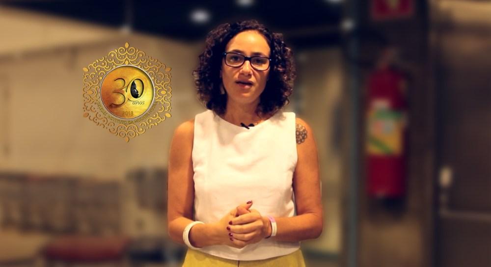 Carolina Trevisan, jornalista dando entrevista para o Geledés