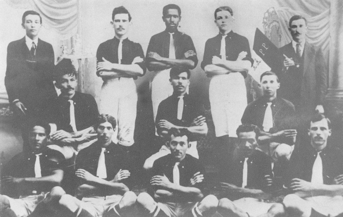 O negro no futebol brasileiro  inserção e racismo - Geledés 202230afdc912