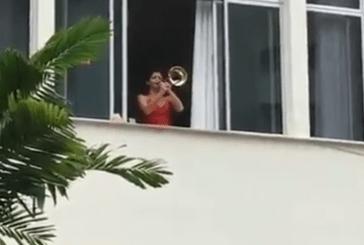 VÍDEO: No RJ, jovem toca 'olê olê olê olá. Lula, Lula' diariamente e ganha público