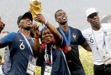 Mãe de Pogba quebra protocolo da FIFA e levanta troféu