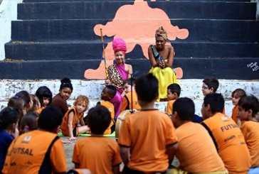 Adeola: mulheres negras se vestem de princesas pelo ensino de África nas escolas