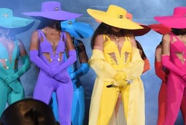 Contra homofobia, Beyoncé faz bandeira LGBT humana no palco; assista