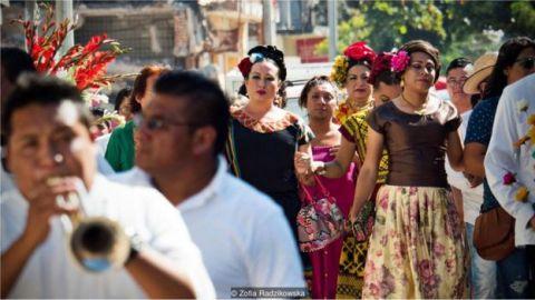 Travestis andando em uma multidão