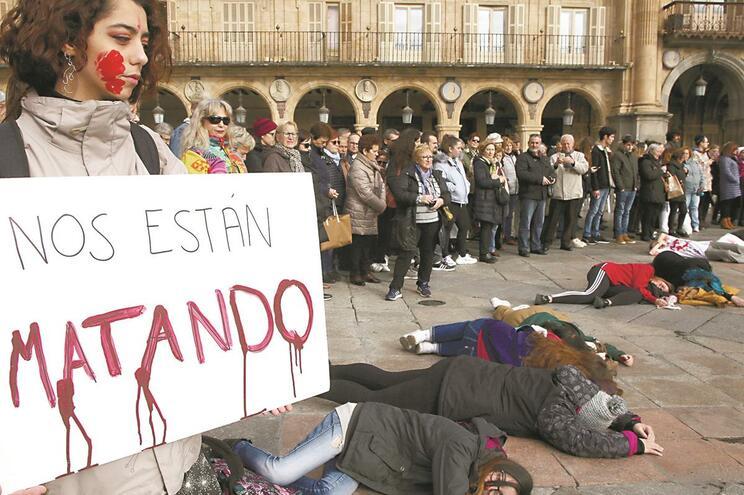 Mulheres protestando contra o feminicidio
