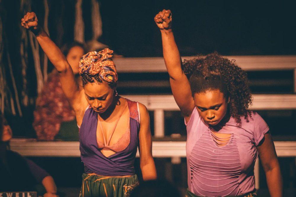 Mulheres Negras com punhos cerrados e levantados
