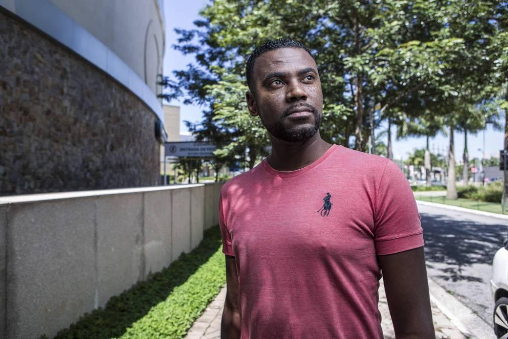 João Artur Carvalho da Luz, 37, é motorista de aplicativo e diz que já sofreu racismo durante o trabalho - Jardiel Carvalho