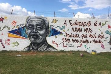 Após repercussão, escola com gestão militar no DF refaz mural com rosto de Mandela