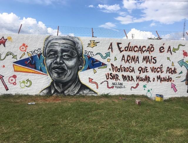 Novo grafite exibe rosto e mesma frase apagada após início da gestão militar no CED 1